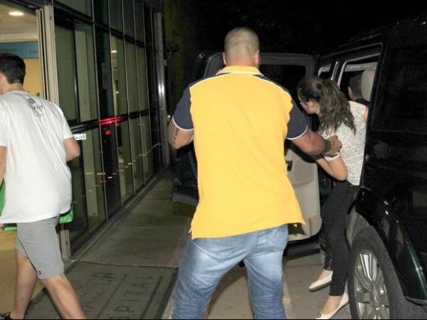Escoltada, Lívian Aragão chega ao hospital para visitar o pai
