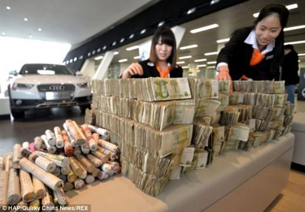 Homem compra carro de 50 mil reais e paga com moedas e notas de pequeno valor