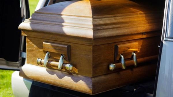 Homem fica enterrado em cemitério dentro de caixão por 4 dias e se salva bebendo sua própria urina