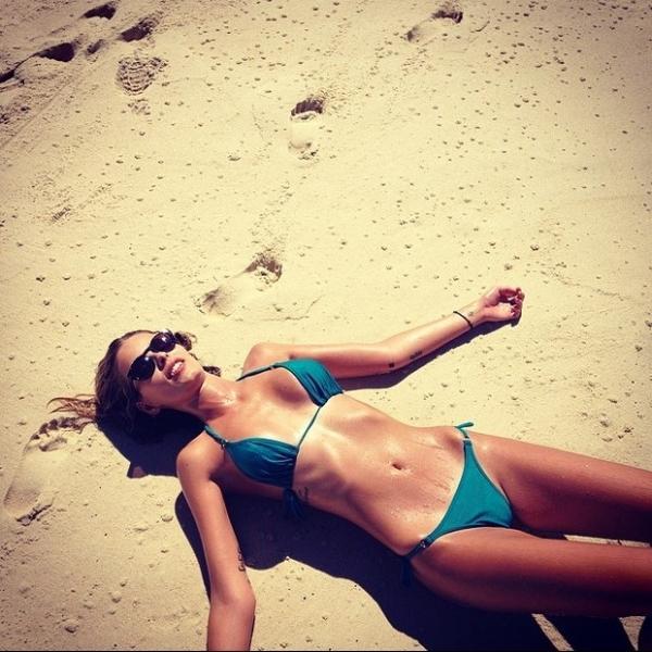 Yasmin Brunet posa de biquíni e chama atenção com barriga negativa