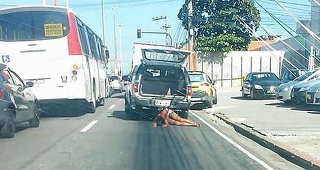 PMs arrasta mulher com viatura