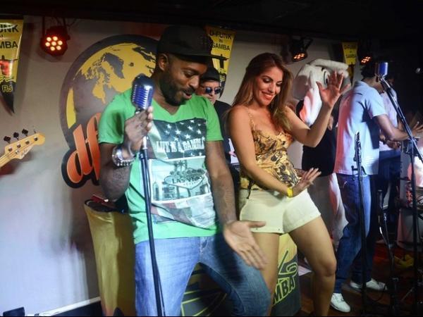 De shortinho, ex-BBB Anamara se empolga e desce até o chão em show