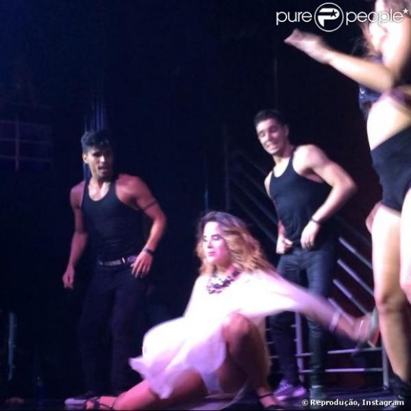 Grávida, Wanessa leva tombo em show e cai de bunda no chão do palco