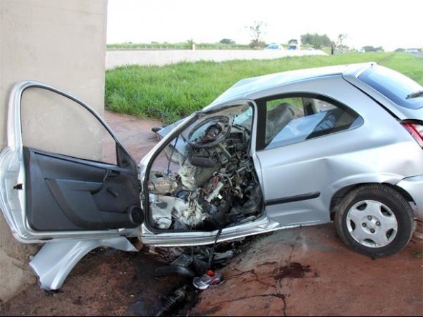 Médico morre após bater carro contra pilar de viaduto em Jardinópolis, SP