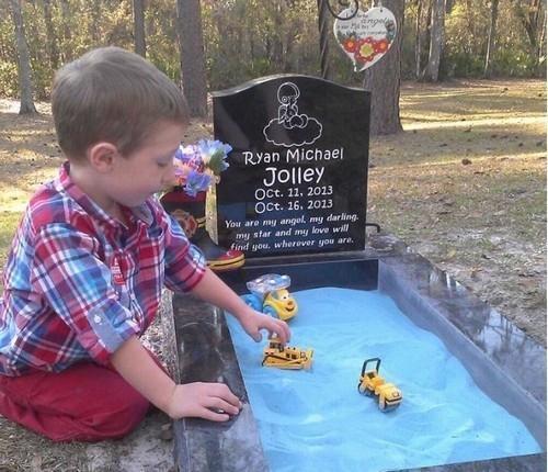 Mulher adapta túmulo para filho poder