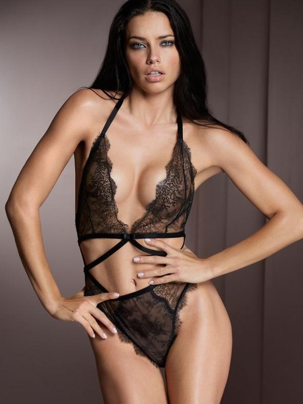Adriana Lima aparece de lingerie ousada em novas fotos para catálogo