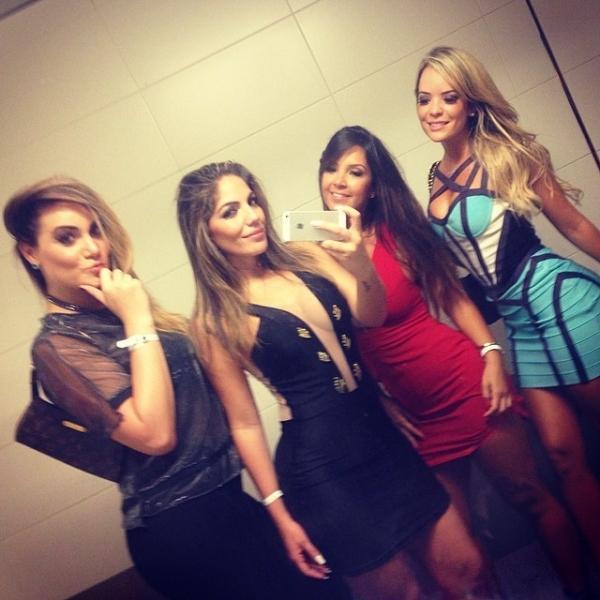Anamara Barreira usa decote avassalador em noitada com amigas