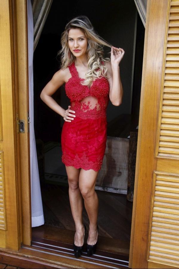 Andressa Suita, noiva de Gusttavo Lima, faz ensaio com look decotado