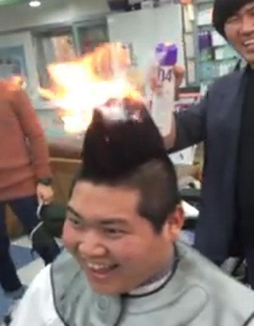 Coreano faz corte da cabelo