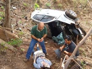 Desconhecido resgata mulher após acidente e a pede em casamento