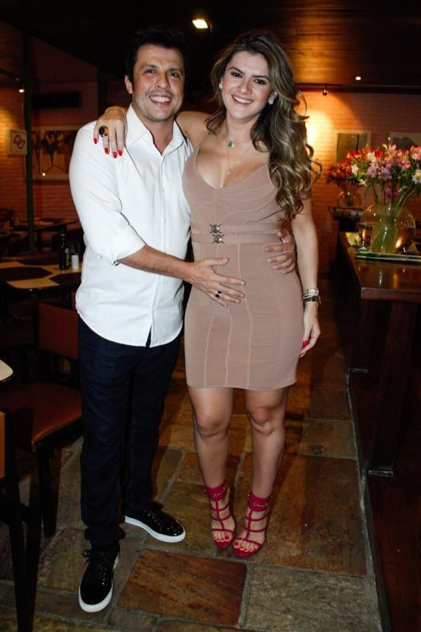 Grávida, Mirella Santos ganha beijinho na barriga de repórter