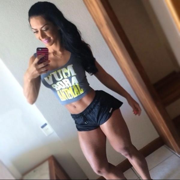 Graciella Carvalho mostra coxas saradas em foto com barriga de fora