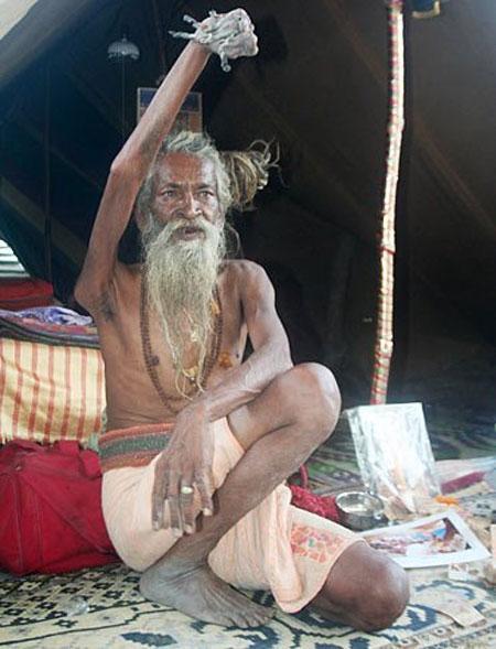Homem mantém braço erguido aos céus há 40 anos para homenagear sua divindade