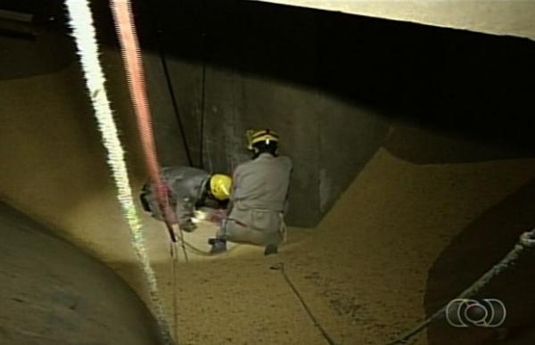 Homem morre soterrado por seis toneladas de soja em armazém de GO