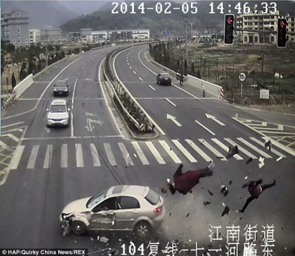 Imagem chocante mostra momento em que casal ignora sinal vermelho e morre ao ser atingido por veículo em rua movimentada