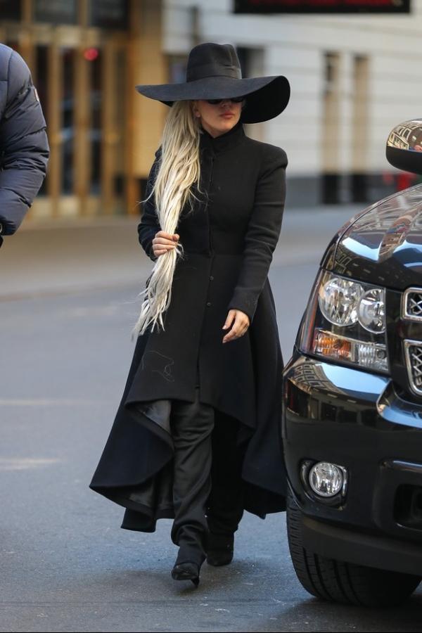 Lady Gaga se cobre da cabe軋 aos p駸 durante passeio em Nova York