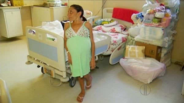 Mulher de 1,20m engravida de trigêmeas e é abandonada pelo marido e pela família