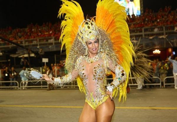 Após críticas à barriga, Milena Nogueira usa fantasia mais coberta