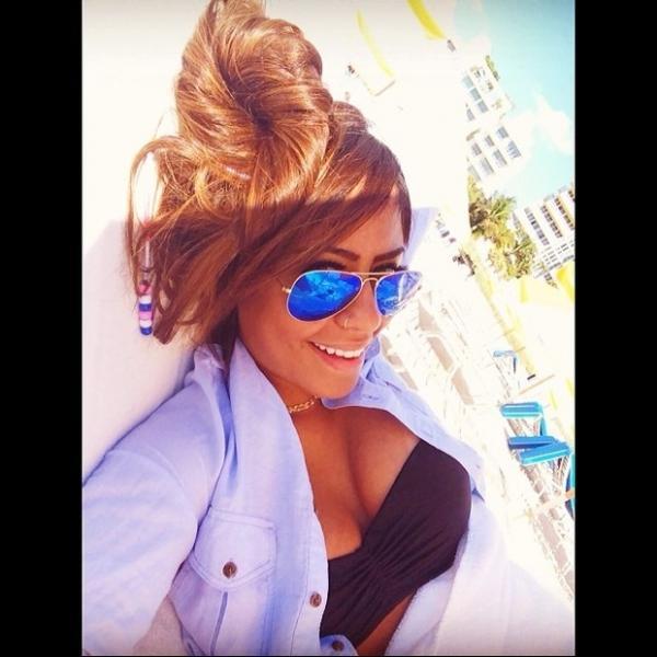 De top decotado, irmã de Neymar posta foto e chama atenção de fãs
