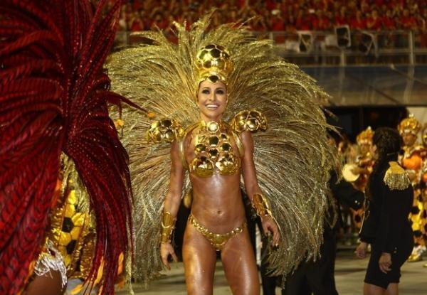 Estrela da Record, Sabrina Sato quase desaparece no Carnaval da Globo