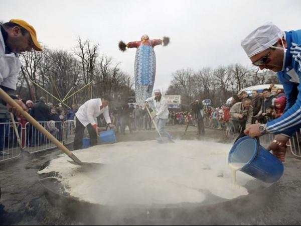 Homens preparam panqueca gigante para celebrar feriado em cidade russa