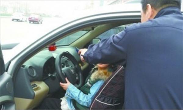 Polícia flagra menina de 9 anos de idade dirigindo automóvel em cruzamento movimentado