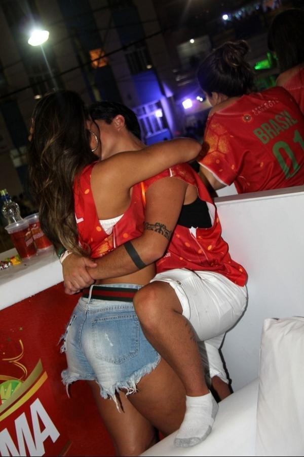 Thammy Miranda troca beijos com a namorada no carnaval em Salvador