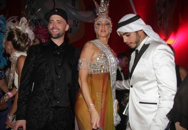Vestido de sheik, Pedro Scooby troca beijos com Luana Piovani em baile