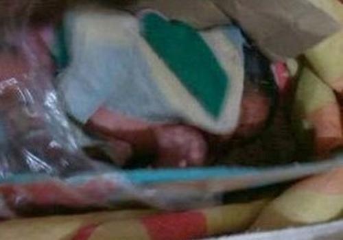 Bebê recém-nascido é encontrado por casal dentro de uma caixa de leite no RJ