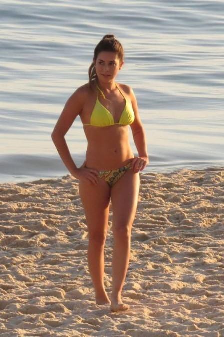 Fernanda Paes Leme, de biquíni, mostra sua boa forma em dia de trabalho