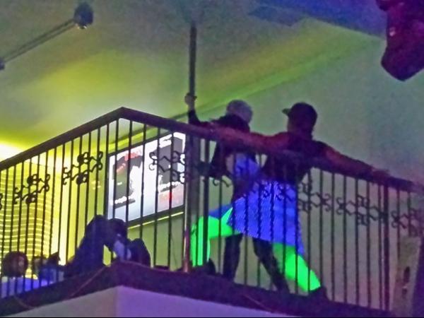 Miley Cyrus dança com mulheres nuas em clube de strip-tease