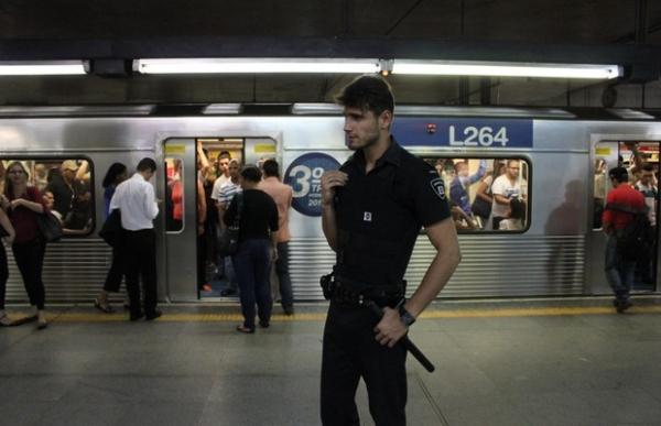 Segurança-modelo do metrô de São Paulo conheceu sua namorada durante protesto em estação