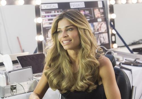Veja fotos de Grazi Massafera em bastidores de campanha de beleza