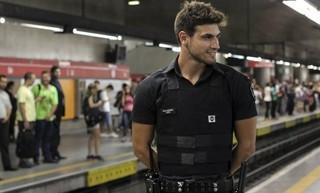 ?Não fico insegura?, diz namorada de ?segurança gato? do metrô