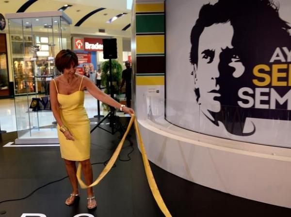 Em São Paulo, irmã de Ayrton Senna inaugura mostra com carro da 1ª vitória na Fórmula 1