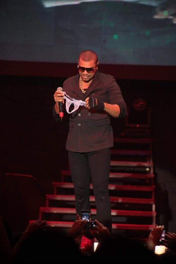 Novo Wando? Cantor Naldo recebe calcinhas das fãs durante show