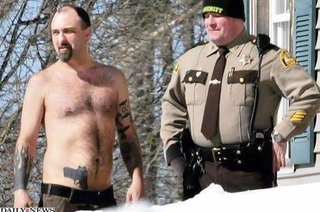 Pistola tatuada faz homem ter a casa invadida por policiais