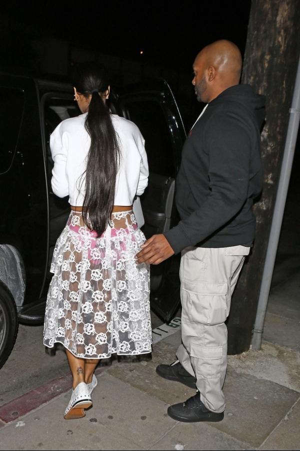 Rihanna deixa calcinha rosa à mostra com saia transparente