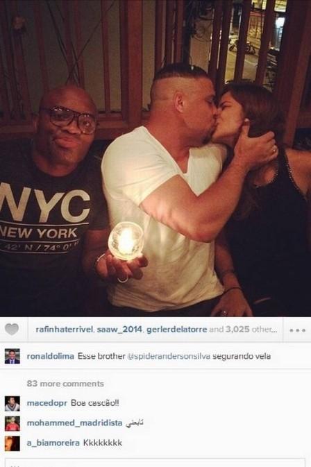 Ronaldo beija namorada em jantar e Anderson Silva ?segura vela?