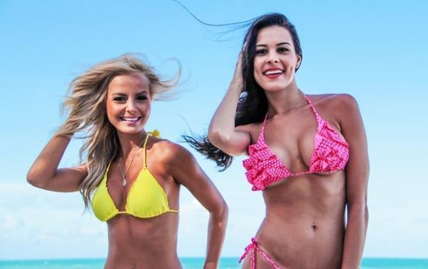 Octagon girls do UFC são atração à parte na piscina do hotel em Natal
