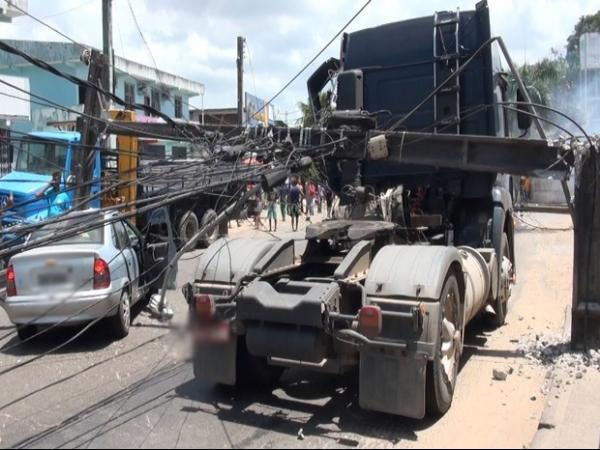 Poste despenca sobre carro, mata motorista e deixa feridos em Salvador