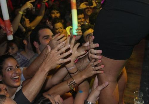 Valesca Popozuda se apresenta em show com um visual de grife