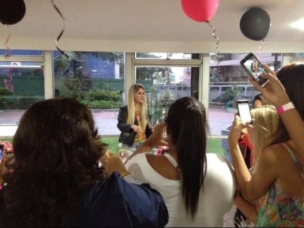 Bárbara Evans ganha festa surpresa de fãs para homenagear a sua casa nova