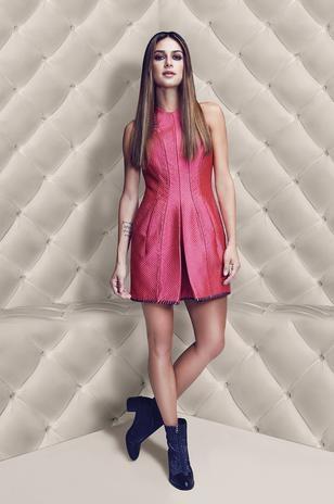 De lingerie, Thaila Ayala posa para campanha de sapatos