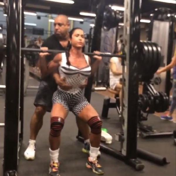 Gracyanne Barbosa ensina exercício para ficar com