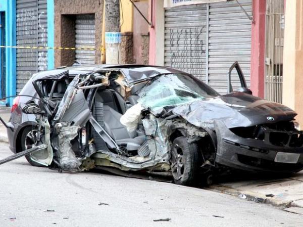 Jovem morre após BMW bater em poste na zona norte de São Paulo