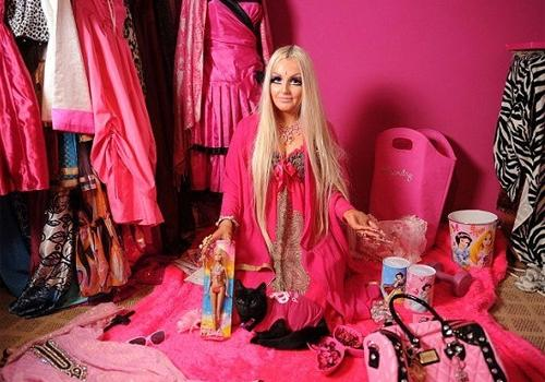 Jovem passa quatro horas por dia maquiando para se transformar em uma boneca viva