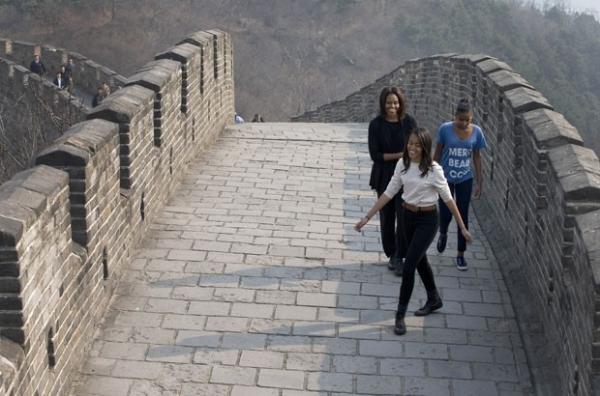Michelle Obama e as filhas visitam a Grande Muralha da China