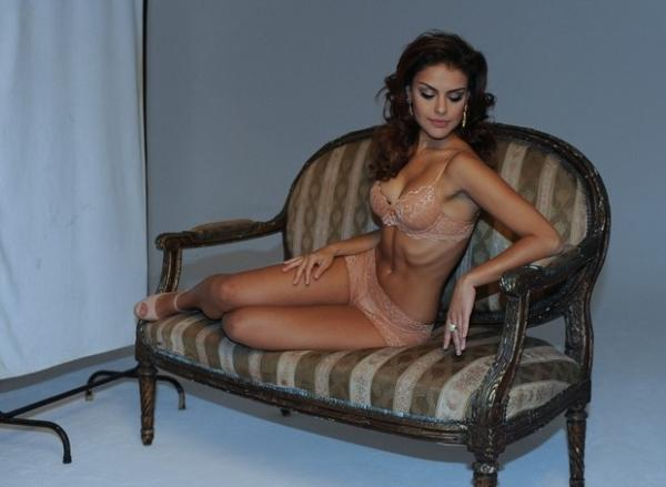 Paloma Bernardi mostra suas curvas  em fotos de lingerie para campanha