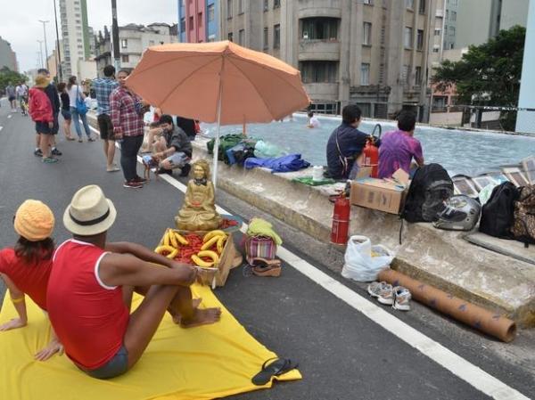 Piscina olímpica no Minhocão atrai diversos curiosos em São Paulo
